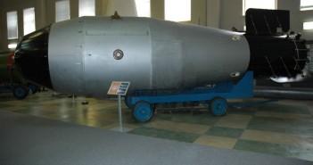 "Zar Bombe (Nachbau)  Tsar Bomba Revised"" von User:Croquant with modifications by User:Hex - Eigenes Werk. Lizenziert unter CC BY-SA 3.0 über Wikimedia Commons."